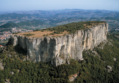 The Pietra di Bismantova (1047 m) is a large sandstone plateau, surrounded on all sides by a 100 metre high vertical slope (Reggio Emilia Apennines).