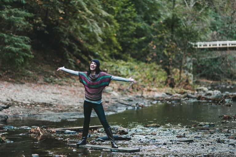 fiume e ragazza.jpg