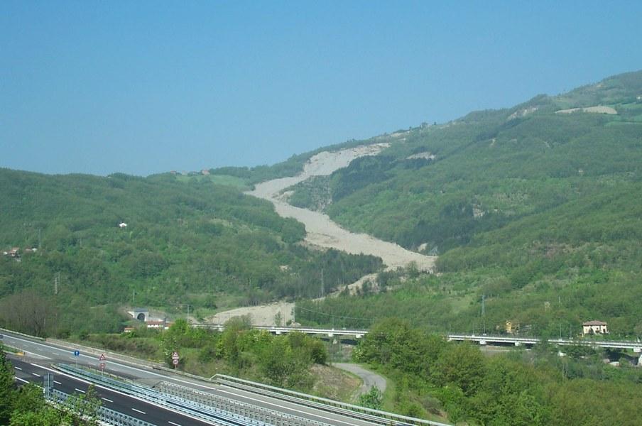 Solignano (PR), fondovalle Taro. Panoramica dell'ampia frana attiva