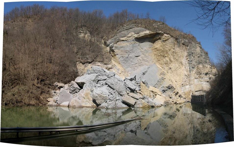 Loiano (BO), loc. Gole di Scascoli. Vista del lago creato dal crollo della parete rocciosa (2005)