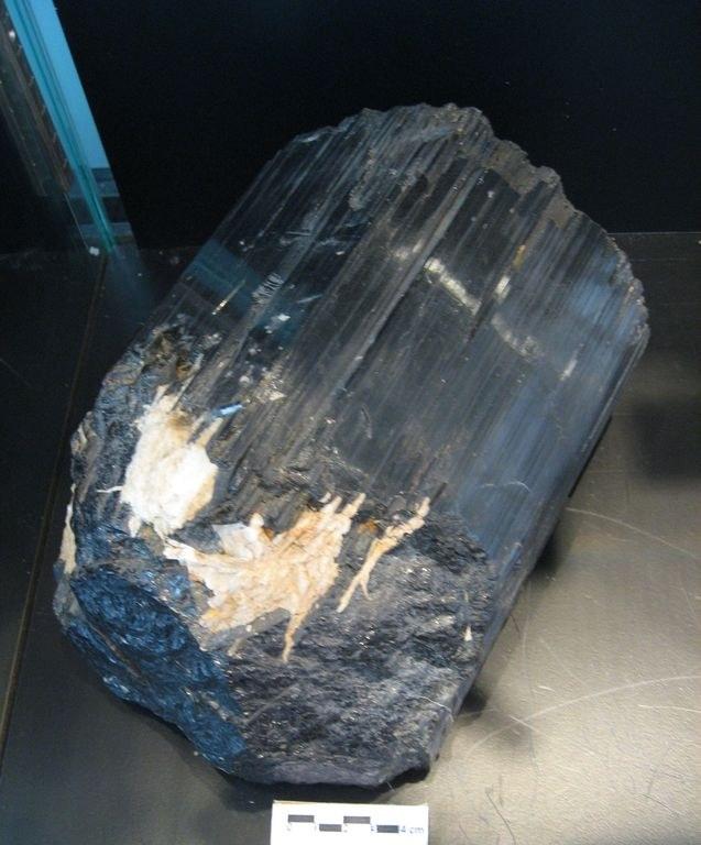 Tormalina, grande cristallo prismatico nero