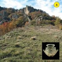 Campo Pianelli è una superficie pianeggiante che si estende ai piedi della parete nord-orientale della Pietra. In questo luogo si sono avvicendate diverse fasi di frequentazione preistorica, a partire dall'Età del Rame, 2500 anni fa circa. Un vero e proprio insediamento è documentato nell'Età del Bronzo (XV secolo a. C.) e successivamente (XI-X secolo a.C.) l'area  venne utilizzata per un sepolcreto ad incinerazione.Il pianoro è stato frequentato anche in epoca etrusca.
