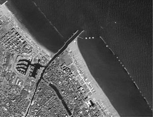 Strutture trasversali: forte accrescimento della spiaggia a sud dell'opera e sensibile arretramento della parte sottoflutto - effetto molo