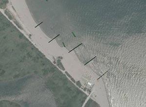 Strutture trasversali: forte accrescimento della spiaggia a sud dell'opera e sensibile arretramento della parte sottoflutto - effetto pennelli
