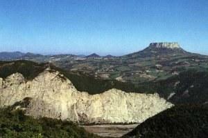 Gessi triassici e pietra di Bismantova sullo sfondo