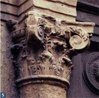 Palazzo Boncompagni (ora Benelli): particolare di un capitello del portale (arenaria)