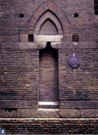 Torre degli Uguzzoni: il portale (cotto, selenite)