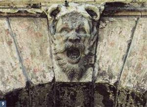 Mascherone in chiave di volta all'ingresso orientale del Ghetto (arenaria)