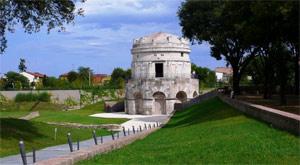Il Mausoleo di Teodorico a Ravenna oggi ha la sua base di ingresso alcuni metri più bassi della superficie topografica a causa della subsidenza che ha accompagnato tutta la storia della città