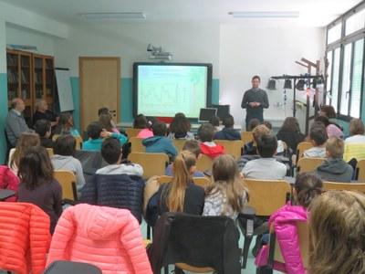foto in aula della lezione tenuta dal Dott. Scarponi paleontologo dell'Università di Bologna il 20 aprile 2017 presso la scuola di Vado