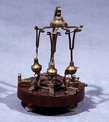 Sismografo, legno e ottone con bussola e contatti elettrici, 1873, (Museo della Specola, Bologna, Dipartimento di Astronomia, Università di Bologna)