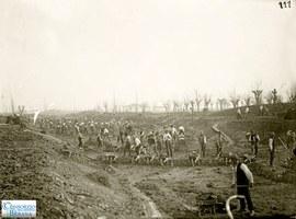 """1920 circa. """"Scariolanti"""" al lavoro durante la costruzione dei canali di bonifica nella bassa bolognese. Foto archivio Consorzio della Bonifica Burana"""