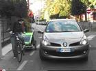 Sfida tra auto e bici per portare i bambini all'asilo
