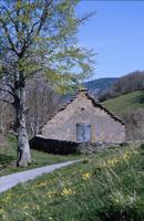 capanna celtica: singolari edifici rurali in pietra con facciata a gradoni e copertura in lastra di arenaria - Archivio Parco