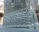 """foto: base della torre """"Garisenda"""" a Bologna realizzata con la selenite - Archivio Parco"""