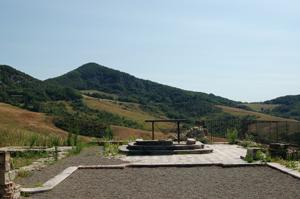 foto: la vetta di Monte Sole fa da sfondo all'altare della chiesa di San Martino - archivio Parco