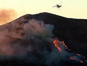 L'elicottero ha sganciato il carico di acqua sull'incendio. Foto Stefano Bassi