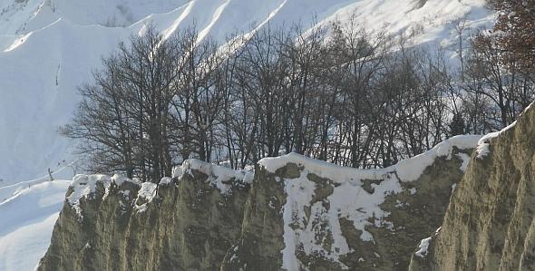 Presenza naturali in contesto rurale: rupi calanchive e formazioni boschive relitte in abito invernale. Foto Stefano Bassi, archivio personale